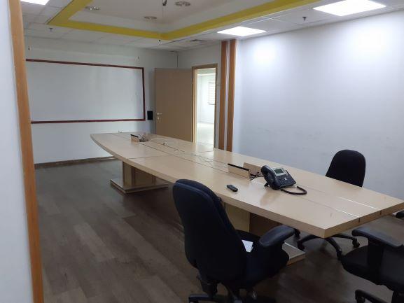"""750 מ""""ר משרד מושקע להשכרה בהוד השרון, חדר ישיבות"""