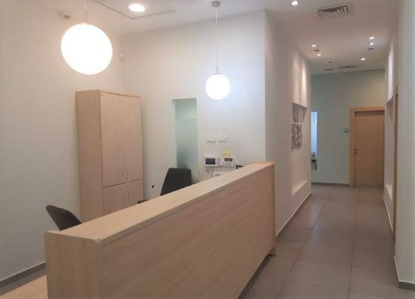 משרד מטופח להשכרה ברעננה, עמדת קבלה ומסדרון