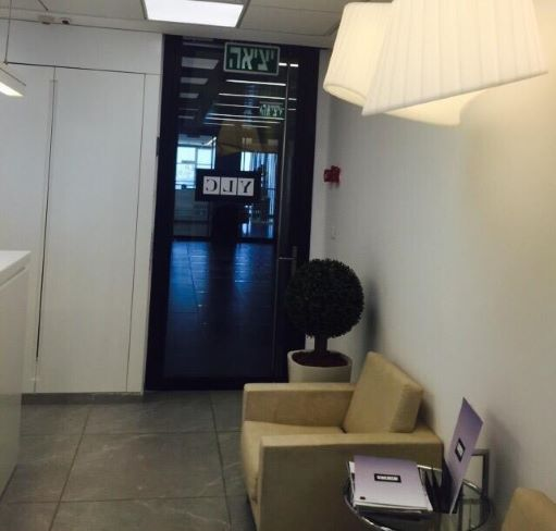 """150 מ""""ר משרד מפואר בוי טאואר, עמדת המתנה"""
