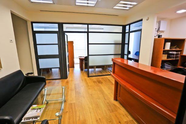 """65 מ""""ר משרד מטופח ב- V Tower, עמדות קבלה והמתנה"""