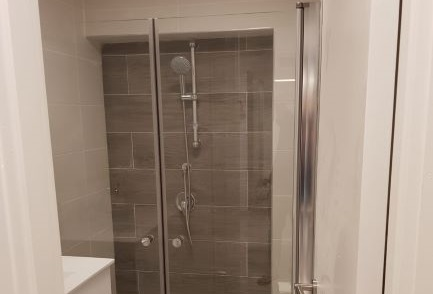 משרד יפייפה ליד בית משפט השלום, מקלחת