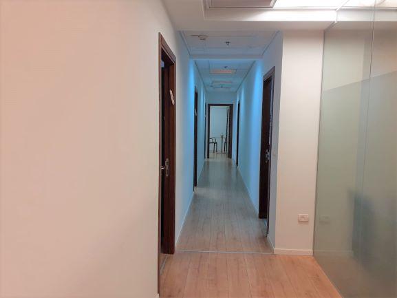 """230 מ""""ר משרד להשכרה בבנין בוטיק בהרצליה פתוח, מסדרון"""