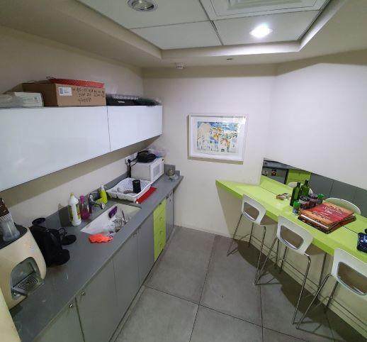 """250 מ""""ר משרדים מטופחים ליד רח' המסגר, מטבחון ופינת אוכל"""