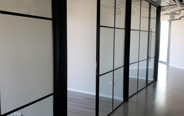 משרד יפייפה להשכרה במגדל מרכזי ביותר, קירות זכוכית