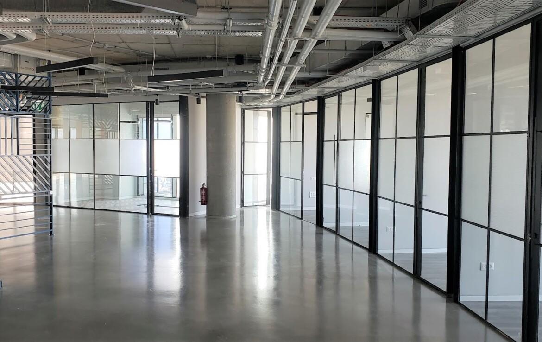 משרד יפייפה להשכרה במגדל מרכזי ביותר, מסדרון