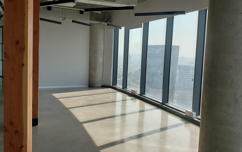 משרד יפייפה להשכרה במגדל מרכזי ביותר, נוף לים מהחלון הגדול