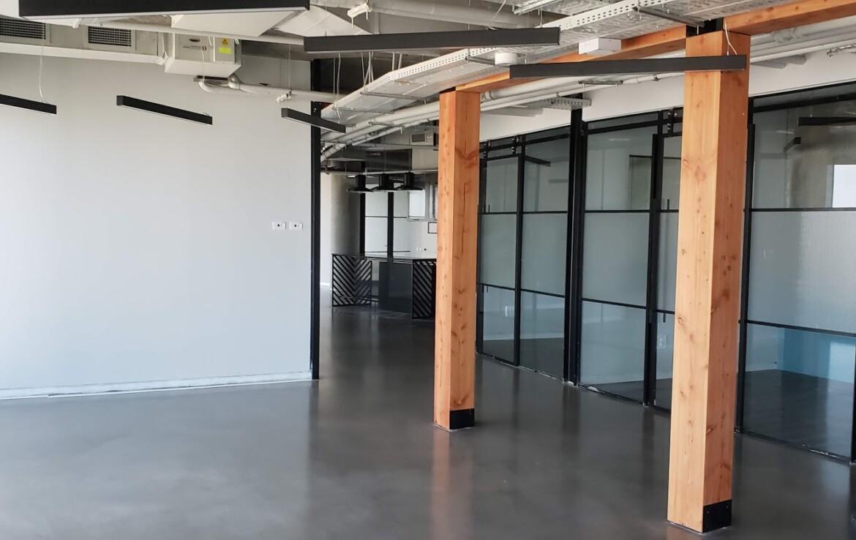 משרד יפייפה להשכרה במגדל מרכזי ביותר, ליד החדרים