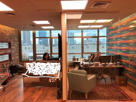 חדר מרוהט במשרד פנטהאוז מפואר לקרוב לאיילון, חדרי עבודה