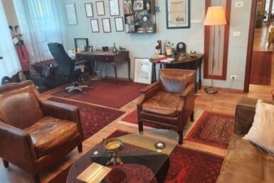חדר מרוהט במשרד פנטהאוז מפואר לקרוב לאיילון, פינת ישיבה
