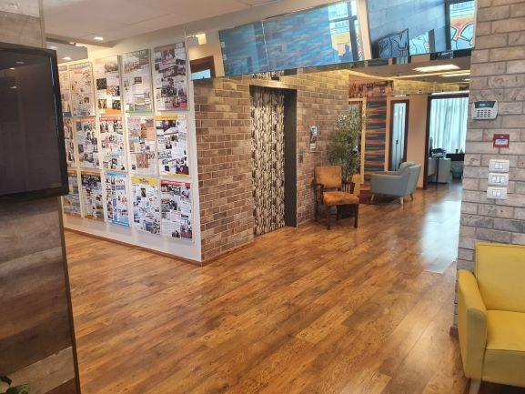 חדר מרוהט במשרד פנטהאוז מפואר לקרוב לאיילון, מסדרון ויציאה למעלית
