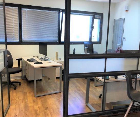 """251 מ""""ר משרד להשכרה על ציר יגאל אלון, חדר עבודה"""