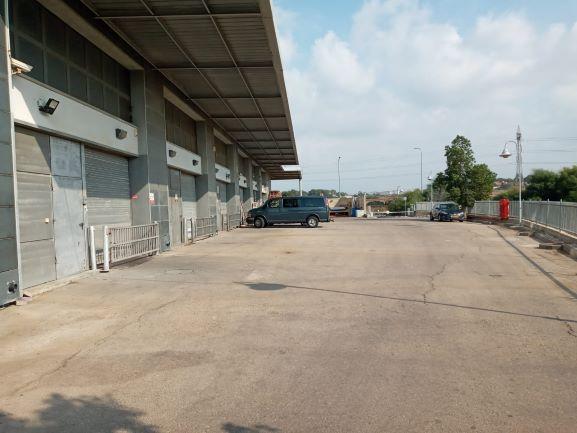 """1,550 מ""""ר מבנה תעשייה/מחסן בא.ת. חולון, רחבה בחוץ"""