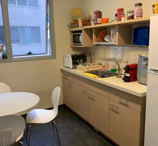 """295 מ""""ר משרד להשכרה בבנין בוטיק על בגין ת""""א,מטבחון ופינת אוכל"""
