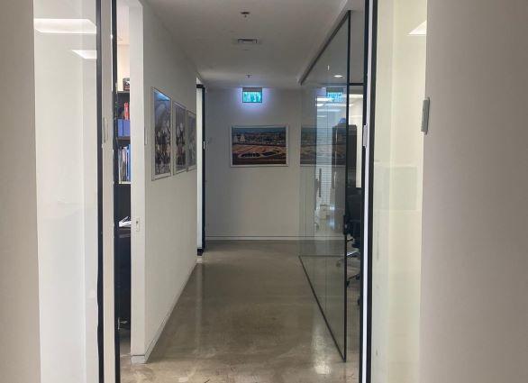 """280 מ""""ר משרדים להשכרה בבסר, קירות זכוכית"""