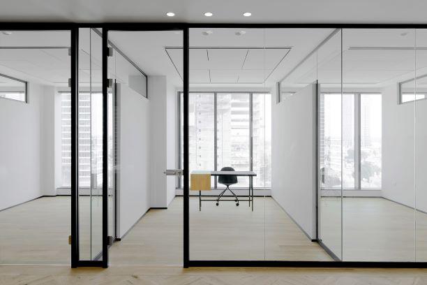 """240 מ""""ר משרד חדש לגמרי במתחם בסר, חדר ישיבות"""