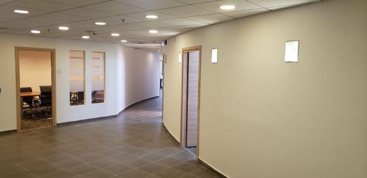 """1,200 מ""""ר משרדים מטופחים בקרית אריה, מסדרון"""