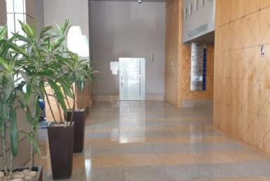 """בניין משרדים מפואר בקרית אריה פ""""ת, 3 קומות , כניסה"""