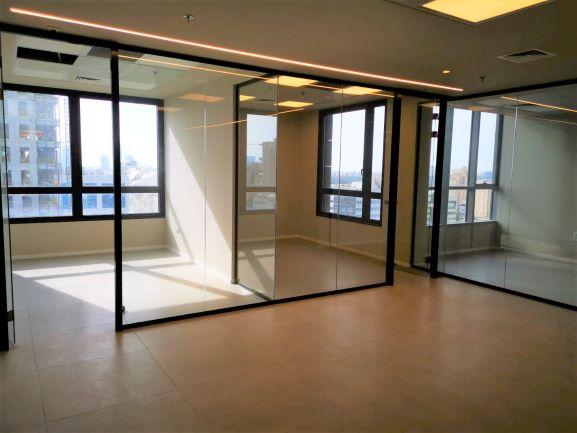 """210 מ""""ר משרד מטופח להשכרה במגדל חדש וחדיש, 2 חדרי עבודה"""