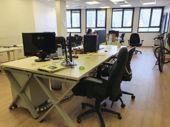 """בדרום ת""""א 200 (90+110) מ""""ר משרדים מתוחזקים ברמה גבוהה, חדר עבודה"""