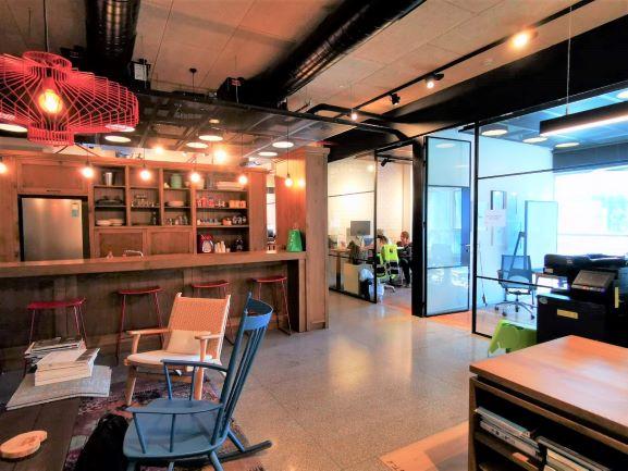 """200 מ""""ר משרד מטופח למכירה במגדל מרכזי במתחם בסר,מטבחון, קירות זכוכית"""