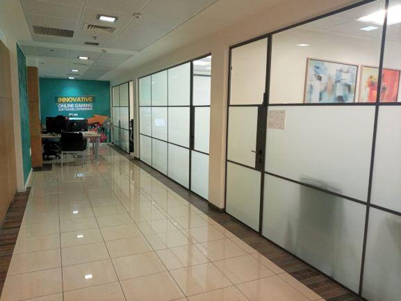 """530 מ""""ר משרד היי טק להשכרה בהרצליה פיתוח, קירות זכוכית"""