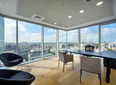 """440 מ""""ר משרדים יפיפיים להשכרה במגדל מרכזי ליד איילון, חדר עבודה עם נוף מרהיב"""