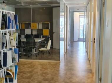 """חצי קומה להשכרה (430 מ""""ר) במגדל מרכזי ליד נתיבי איילון, מסדרון וחדר ישיבות"""