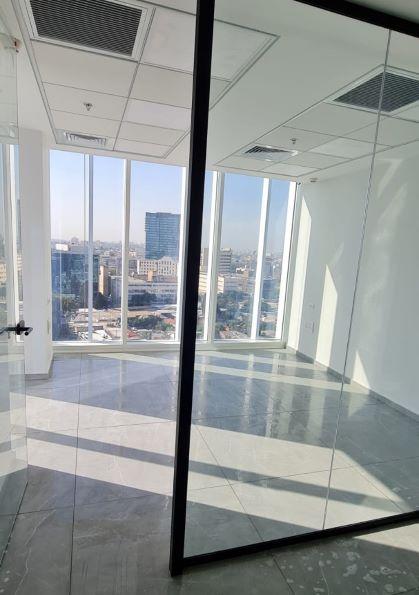"""134 מ""""ר משרדים להשכרה במגדל הכי חדש בת""""א, רצפת שיש והרבה אור"""