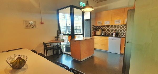 """935 מ""""ר משרדי היי טק מדהימים על גבול בני ברק ר""""ג, יציאה מהמטבח למרפסת"""