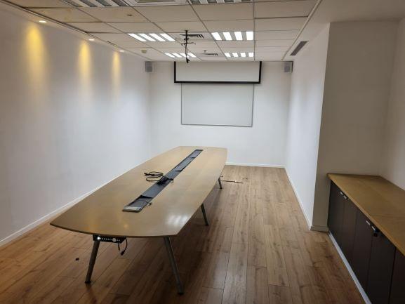 """266 מ""""ר משרד להשכרה במגדל בצפון ת""""א, מוקפד ומטופח, חדר ישיבות"""