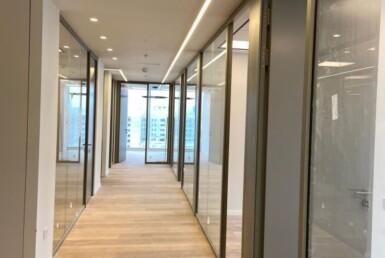 """285 מ""""ר משרד בבניין חדש בקרית מטלון פ""""ת, מסדרון עם זכוכיות"""