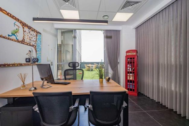משרד הי טק להשכרה בבני ברק, מטופח ומעוצב אדריכלית, חדר עבודה