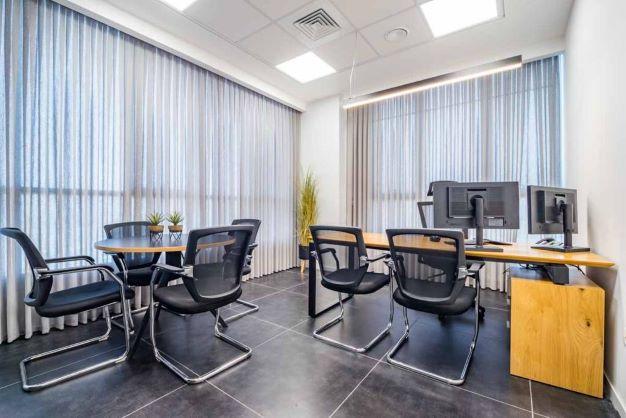 משרד הי טק להשכרה בבני ברק, מטופח ומעוצב אדריכלית, חדר עבודה גדול