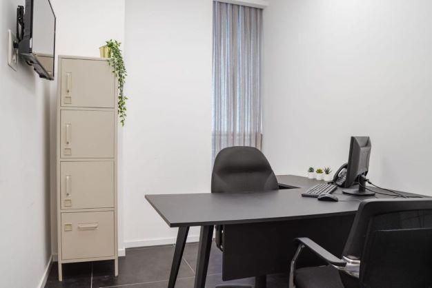 משרד הי טק להשכרה בבני ברק, מטופח ומעוצב אדריכלית, חדר עבודה קטן