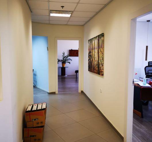 """320 מ""""ר משרד יפייפה במגדלי בסר המבוקשים ביותר, משקיף לפארק, מסדרון 1"""