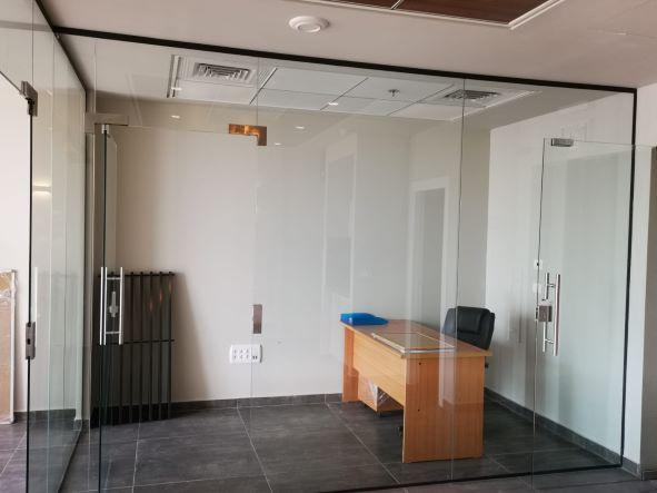 """74 מ""""ר משרד להשכרה חדש וחדיש בגיזרת בסר, ק' גבוהה, נוף לים, הרבה אור, עמדת קבלה"""