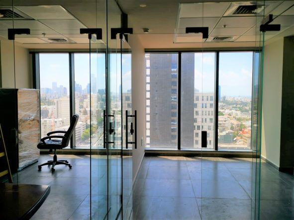 """74 מ""""ר משרד להשכרה חדש וחדיש בגיזרת בסר, ק' גבוהה, נוף לים, הרבה אור, שני חדרי זכוכית"""