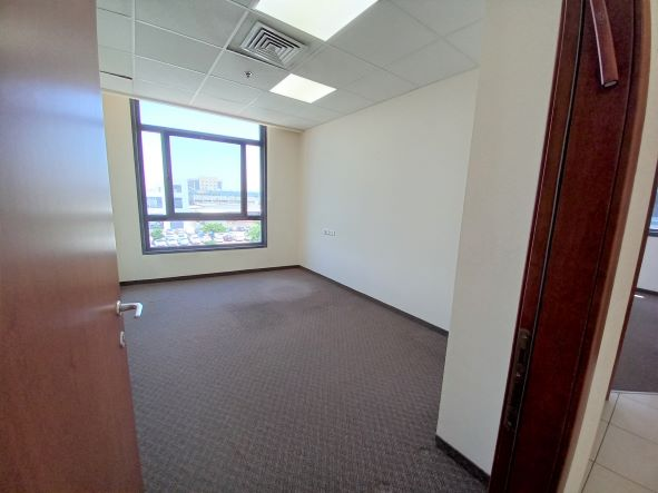 """340 מ""""ר משרד להשכרה מטופח בק. ספיר נתניה, אזור התעשיה, חדר עבודה"""