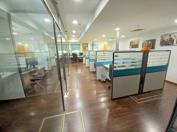 """890 מ""""ר, שני משרדים ברמת כניסה עם אופציה להתאמות ושיפורים, אופן ספייס עם מחיצות זכוכית"""