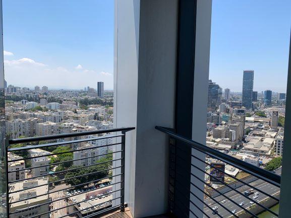 """375 מ""""ר משרד להשכרה, במגדל מרכזי בת""""א, ניתן לחלוקה ל- 125 -250 מ""""ר, ק' גבוהה, נוף לים, מרפסת."""