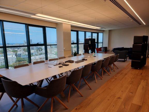 """1,035 מ""""ר קומה שלימה להשכרה במגדל מרכזי בק' גבוהה ומשופצת בגמר מלא ומרהיב, חדר ישיבות נוסף"""
