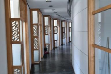 """900 מ""""ר משרד להשכרה צמוד לבית משפט השלום בת""""א, עמדת קבלה הרבה חדרים"""
