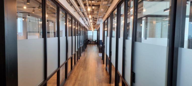 """1200 מ""""ר קומה להשכרה במגדל חדש בת""""א, מחולק ל-210 עמדות עבודה, מחיצות זכוכית"""
