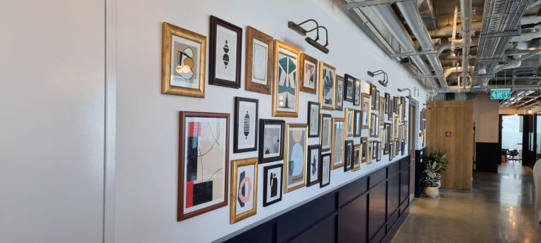 """1200 מ""""ר קומה להשכרה בהדמיה מגדל חדש בת""""א, מחולק ל-210 עמדות עבודה, אומנות על הקירות"""