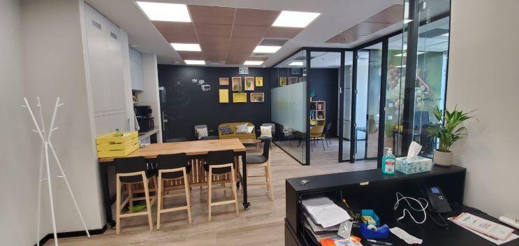 """155 מ""""ר משרד להשכרה מטופח, גימור גבוה, חדרי זכוכית, אופן ספייס"""