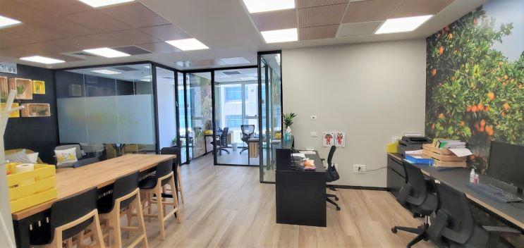 """155 מ""""ר משרד להשכרה מטופח, גימור גבוה, חדרי זכוכית, אופן ספייס וחדרים"""