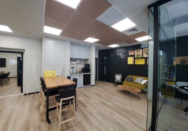 """155 מ""""ר משרד להשכרה מטופח, גימור גבוה, חדרי זכוכית, אופן ספייס ומטבחון"""
