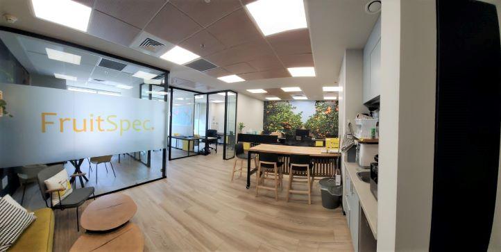 """155 מ""""ר משרד להשכרה מטופח, גימור גבוה, חדרי זכוכית, רחבת עבודה"""