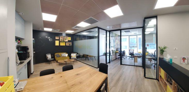 """155 מ""""ר משרד להשכרה מטופח, גימור גבוה, חדרי זכוכית, חדר ישיבות מבחוץ"""