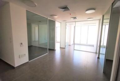 """140 מ""""ר משרד להשכרה במגדל חדש בגזרת בסר, קירות ומחיצות זכוכית"""